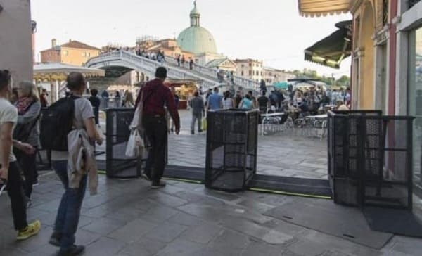 Tips to Travel Venice and be a Respectful Tourist. Survive the Overturism