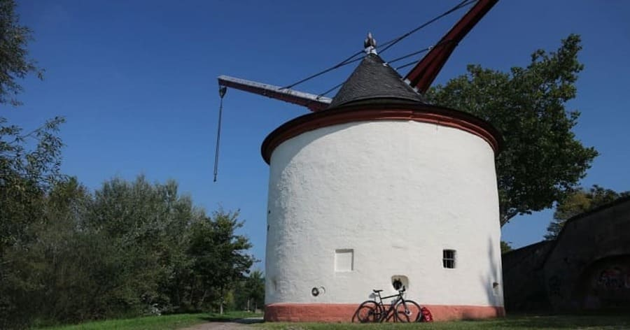 History of Medieval Treadwheel Cranes in Germany - port of Trier