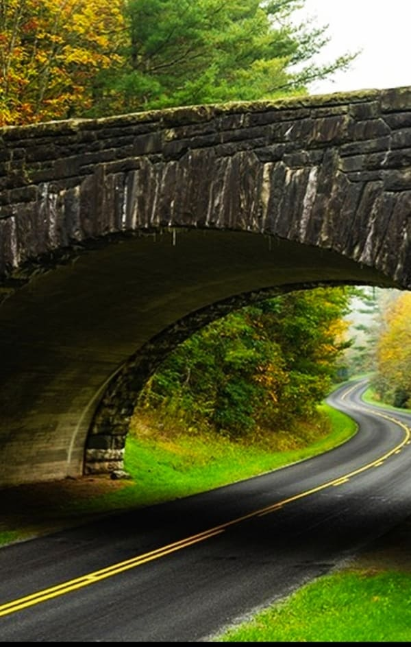 Blue Ridge Parkway: Traversing the Appalachians We travel one of the most beautiful roads in the United States. A road to enjoy with tranquility while admiring the landscapes that it offers us. We are going to travel the Blue Ridge Parkway,