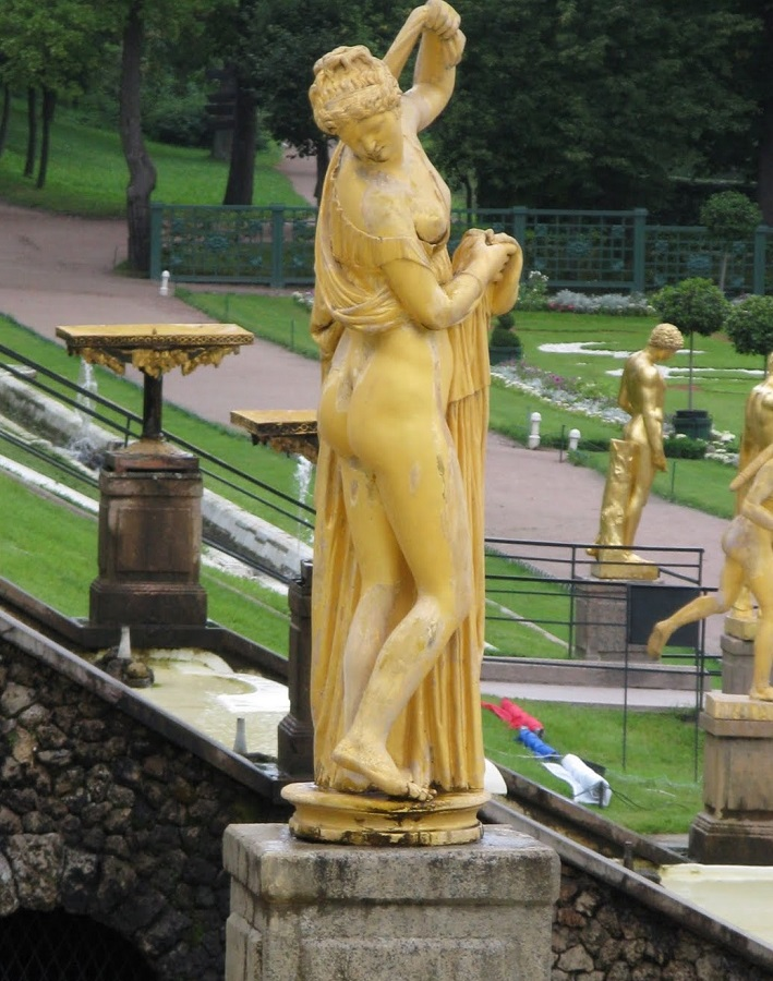 Aphrodite Callipyge on Peterhof Palace - Russia.  -Venus Callipyge: The Roman Statue of the Beautiful Buttocks  Goddess of the Beautiful Buttocks  It is used to designate the famous statue of Aphrodite known as the Venus Callipyge, currently in the Archaeological Archeological Museum of Naples